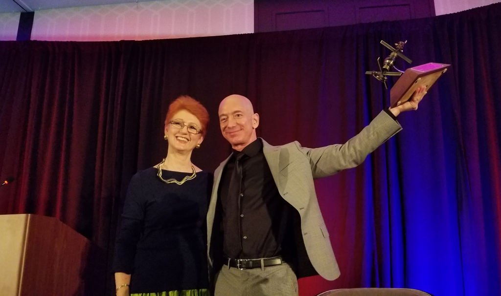 Tasha O'Neill, Jeff Bezos and the Gerard K. O'Neill Award.  NSS ISDC Los Angeles 2018